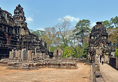 Walk around the Baphoun temple