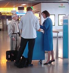 No entry !!  La Dame en bleu de KLM ! Talons Hauts en vedette !!!  Version recadrée
