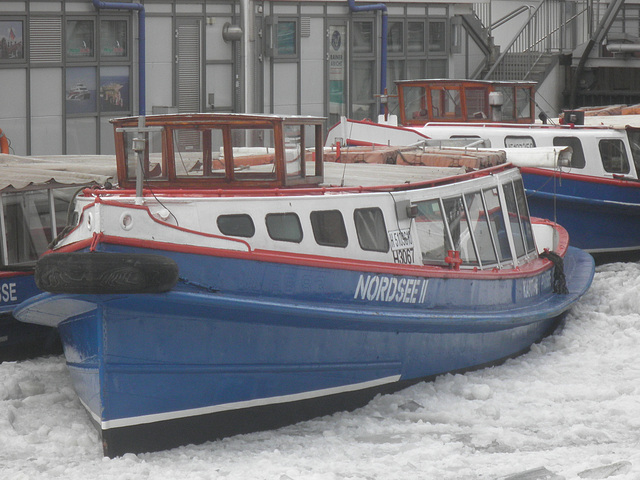 Barkasse im Eis