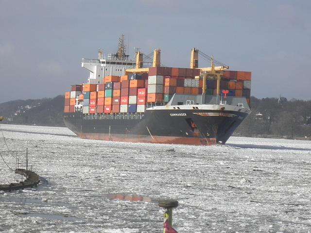 """Containerschiff  """"COMMANDER"""" auf der Elbe"""