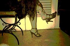 Lady Roxy's high heels dangle / Lady Roxy en talons hauts - 30 mars 2009 / Sepia postérisé