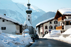 Fahrt im Winter durch das Lechtal in Tirol