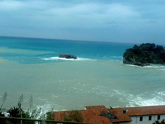 Face  à la  mer et son infiniment  bleu.