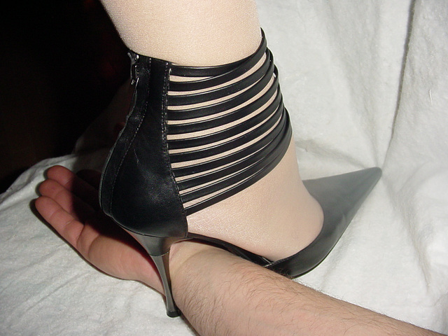 Lady Caliente écrase en talons hauts !! Hand trampling in high heels.