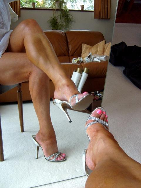 Carla !!! Vintage Silver Slingbacks / Croisé de ses belles jambes en talons hauts !!