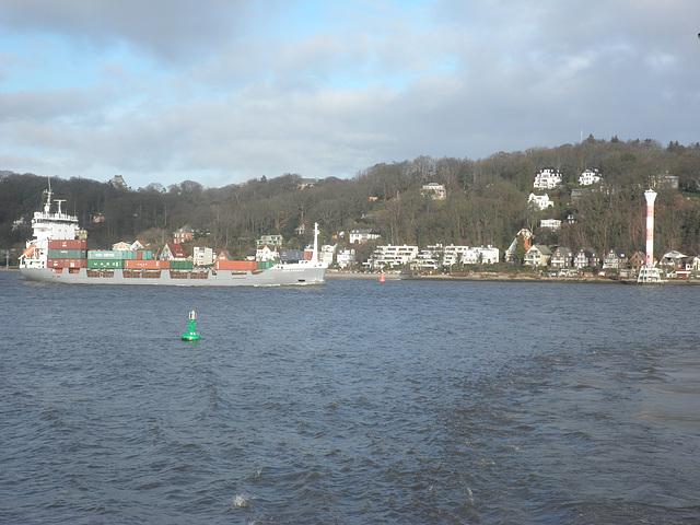 Feeder-Containerschiff passiert Blankenese