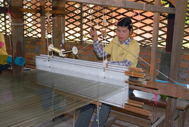 Silk weaving by manual work