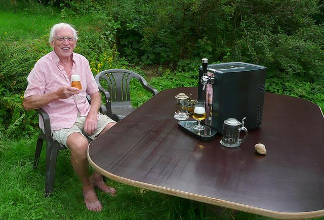 ;-) Meine neue Bierquelle in meinem Garten - mia nova bierfarejo en mia ĝardeno ;-)