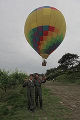 helpantoj de la piloto de la balono.