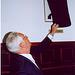 Edmo Rodrigues Lutterbach descobre seu retrato, na Galeria de Fotos do Tribunal do Júri
