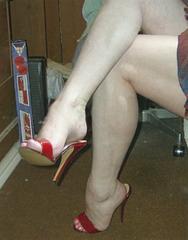 Carla /  Crossed legs in extreme heels - Croisement de jambes en talons hauts extrêmes.