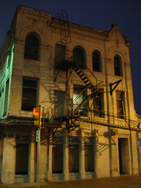 Fire escape by the night / Escalier de secours dans la nuit - 1er juillet 2010 / Avec flash