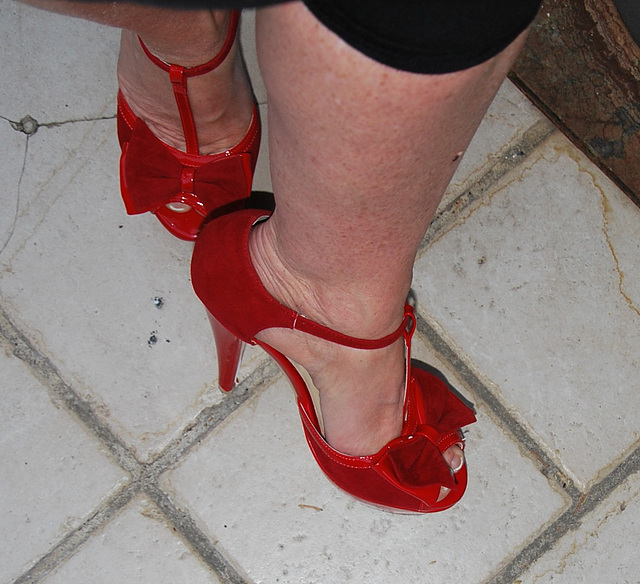Dame Martine en talons hauts / Lady Martine in high heels - Recadrage en rotation 180 degrés