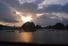 Un matin à 5 h sur la Baie d' Halong ))