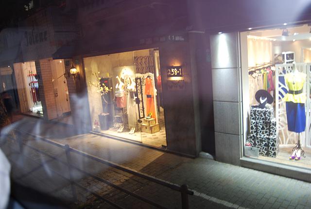 Lèche vitrine dans la nuit de Shanghai