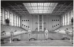 4 x Dreiecksbadehose von hinten, Rostock, Neptunbad 1952