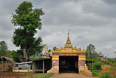Ascent gate to Thaung Tho monastery