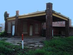 Bâtiment texan abandonné / Seemingly abandoned - Jewett, USA - États-Unis - 6 juillet 2010- Versiion éclaircie avec ciel bleu photofiltré