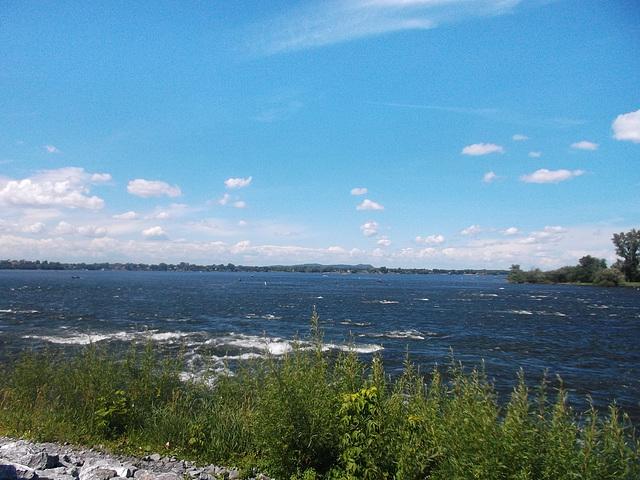 Rapides et ciel bleu / Rapids and blue sky.