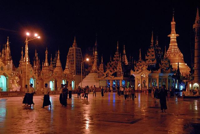 Evening atmosphere  at the Shwedagon platform