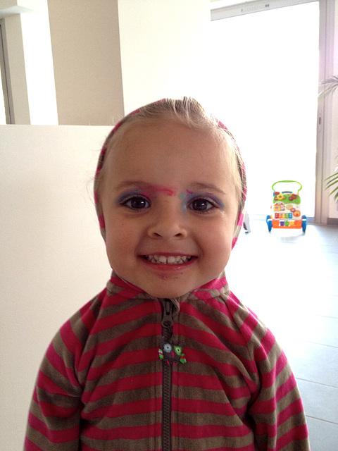 Evie, 3 ans, habillée, maquillée...