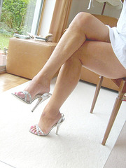 My sexy friend Carla / Jambes croisées en talons hauts argentés / Crossed legs & Silver Slingbacks