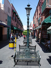 Bancs et lampadaire / Benches and street lamp.