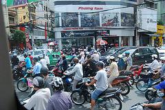 Faut pas traîner !!!! dans les rues d' Ho chi min