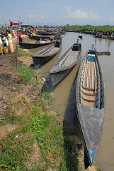 Long tail boats on the dam