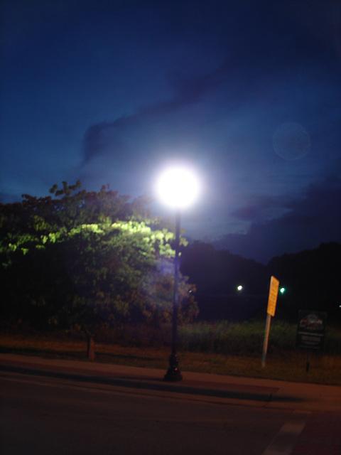 Street lamp moon / Lune lampadairienne - 12 juillet 2010.