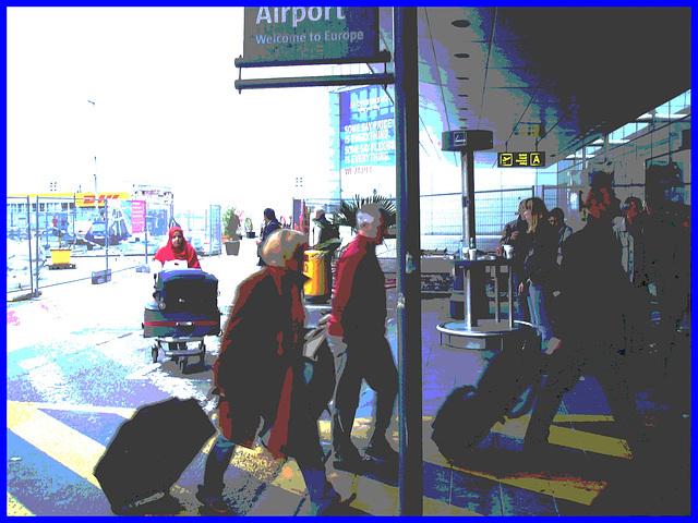 Blond mature in jeans and flat boots  /  Dame mature en  blue-jeans et bottes à talons plats  -  Brussels airport - 19 octobre 2008 - Postérisation