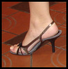 Déesse du trio en talons hauts / Trio high-heeled Goddess - Slingback close-up / Recadrage