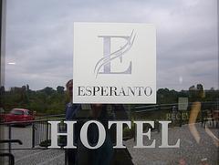 Estas hotelo en la urbo Świdnica, sed neniu ĉi tie parolas esperante.
