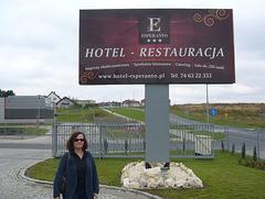 Mi antaŭ la hotelo en Świdnica.