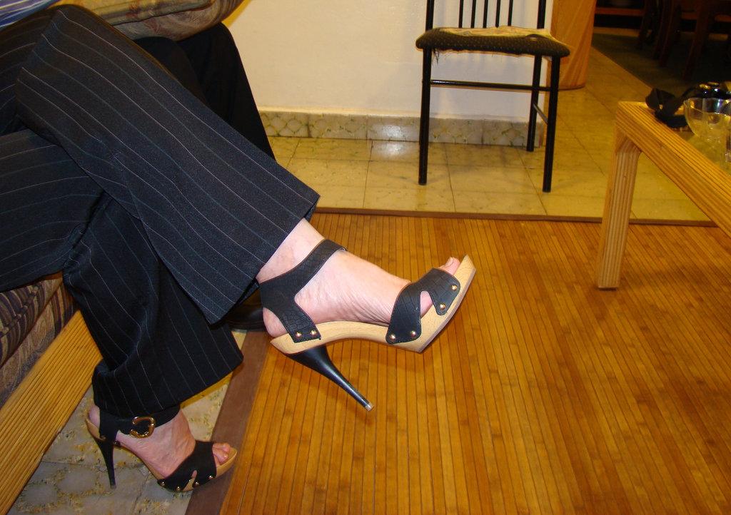 Mon amie Elisabeth en talons hauts / Elisabeth's high heels / Elisabeth con sus Zapatos altos - 15 mars 2011 / Photo originale