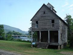 Bridge and abandoned house / Pont et maison abandonnée