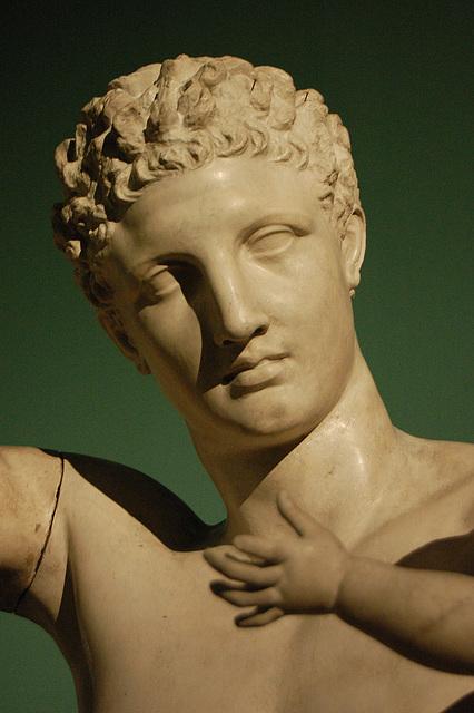 Dionizo-knabo volas havi la vinberojn de Hermeso.