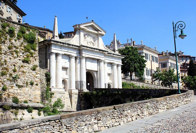 Aufgang in die Altstadt von Bergamo