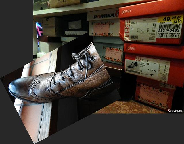 Lady / Dame Christine - Scène Espirit parmi les boîtes de chaussures / Spiritual mood among shoes boxes