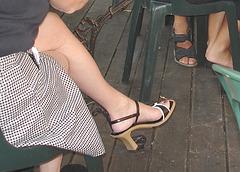 Dame mature au croisé de jambes sexy en talons hauts  / Lady of mature ages crossing her legs in high heels
