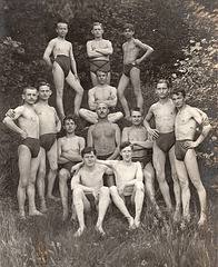 13 swimmers in symmetrical order 1910'