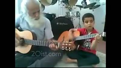 Avo kaj nepo kunludas gitaron en Irano