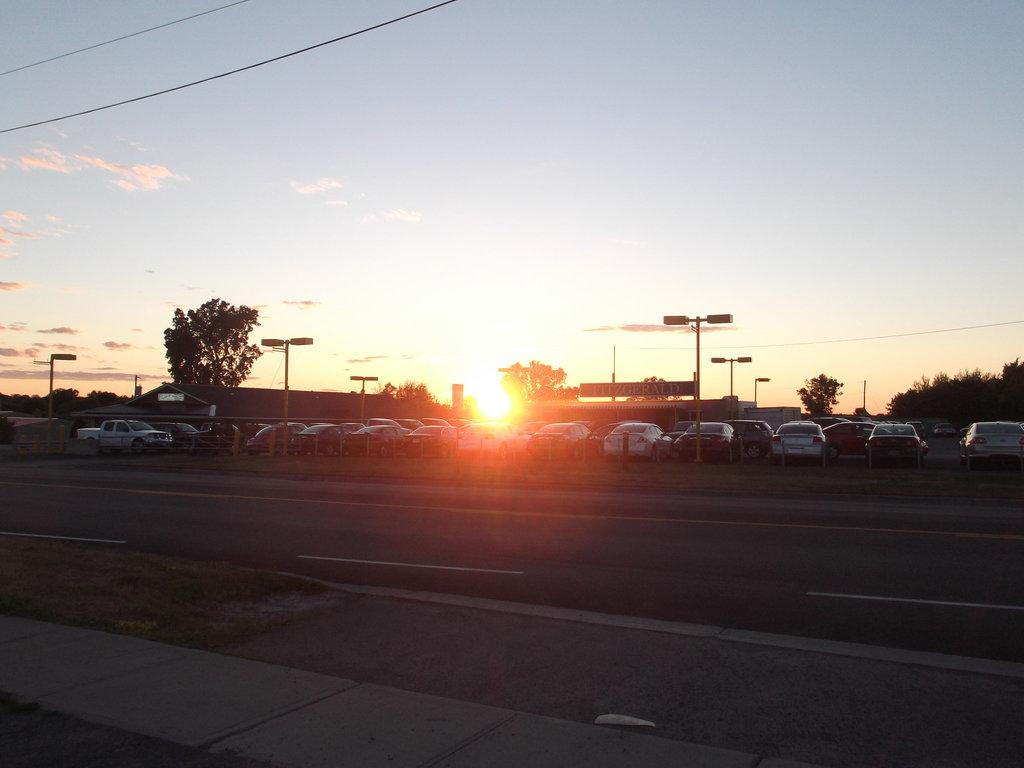 Seaway Auto Repair sunset  / Coucher de soleil sur voitures stationnées - July 8th 2012.