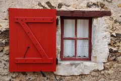La petite fenêtre au volet rouge
