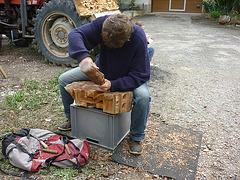 Sculpteur sur bois à Magrie