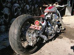 Moto avec une roue arrière normale