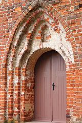 gotika pordo de la preĝejo en Mellenthin, insulo Usedom, Balta Maro