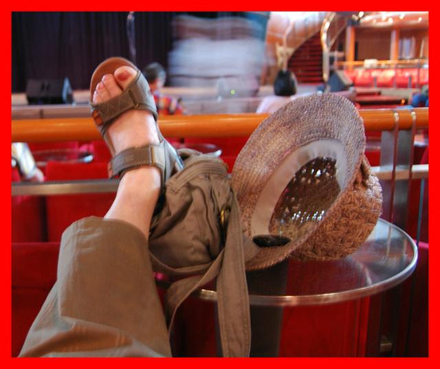 Christiane / Pieds sexy en sandales et chapeau de paille - Sexy Feet in flat sandals and Thai hat -2 mai 2012 - Recadrage