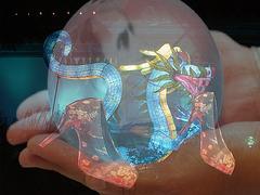 Lampes chinoises et talons hauts en mains / Chinese lanterns & high heels in hands - Création Krisontème.