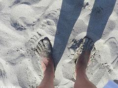 Les beaux pieds ensablés de Christine / Christine's sexy sandy feet -